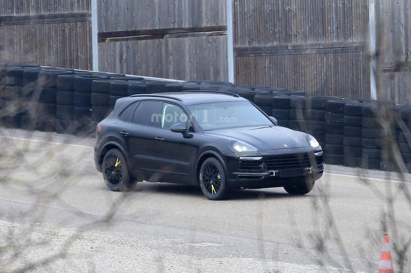 2018-porsche-cayenne-spied-for-the-first-time